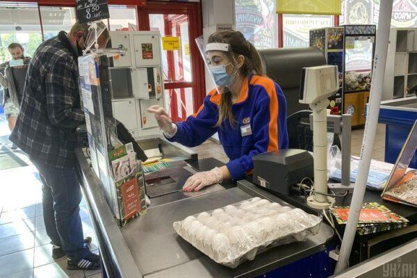 Яйця подорожчали і цукор за ними. Чому в Україні стрімко ростуть ціни на продукти і скільки це триватиме