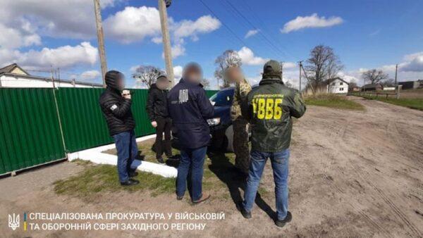 Правоохоронці затримали прикордонника, який допомагав жителю Волині незаконно завозити ліки та тютюн з Білорусі